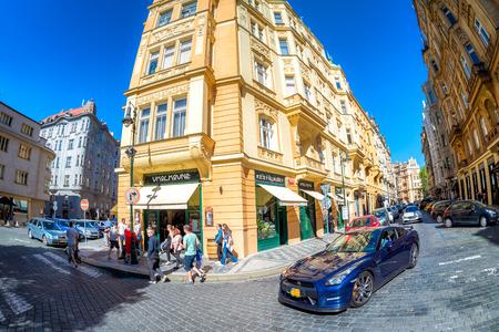 PRAG, TSCHECHISCHE REPUBLIK - 27. MAI 2017: Ecke von Vezenska-Straße. Editorial
