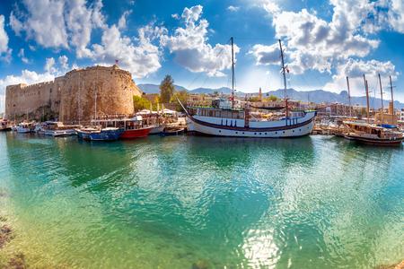 Der Hafen und die mittelalterliche Burg in Kyrenia. Zypern.