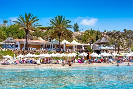 Nicht erkennbare Leute, die auf Korallenbucht-Strand, einen der berühmtesten Strände in Zypern sich entspannen.