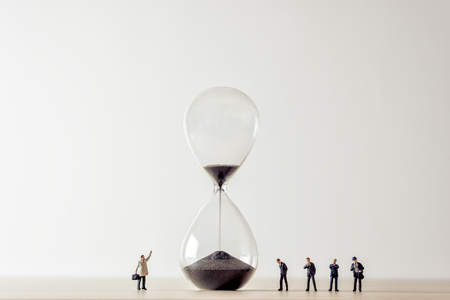 Conceptual image of business people looking at Hourglass. 免版税图像 - 97613657