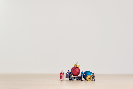 Toy truck carrying Christmas decorative balls. Christmas concept with copy space. Stockfoto