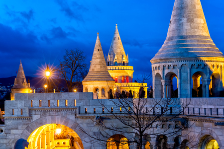Night view of Fisherman's Bastion on Buda bank of the Danube river. Castle hill, Budapest, Hungary 스톡 콘텐츠