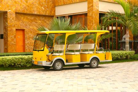 Bus jaune vide de l'hôtel garé près de l'entrée principale Banque d'images