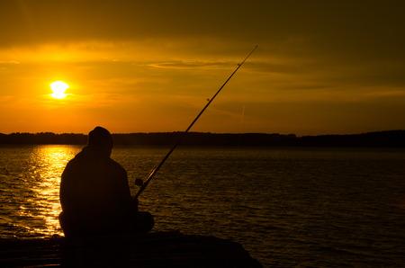새벽 호수의 어부 물고기