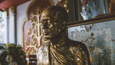 Nahaufnahme der Mumie des heiligen Mönchs im Tempel Wat Khun Aram, Koh Samui, Thailand.