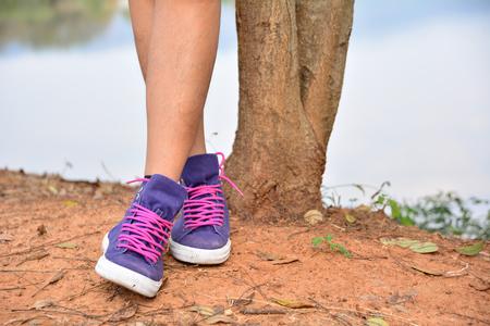 Bein von Person, die neben Baum steht Standard-Bild - 72875417