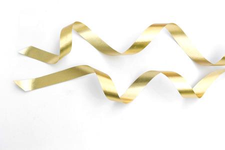 나선형 골든 리본 흰색 배경에 고립.