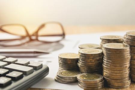コイン スタックと電卓株式財務指標。会計市場経済における金融、株式市場。