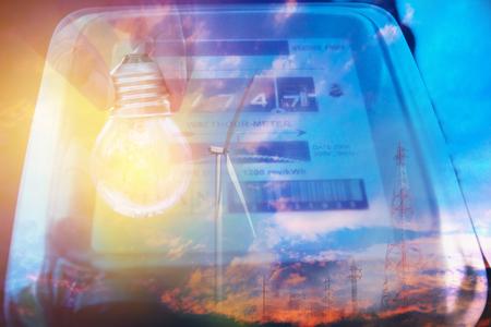 Licznik energii elektrycznej mierzący zużycie energii z żarówką. Narzędzie do pomiaru energii elektrycznej w watogodzinach.