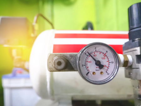 Primo piano delle pompe di misurazione della pressione dei compressori d'aria.