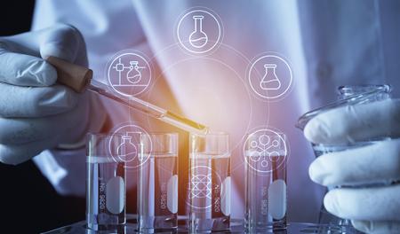 Forscher mit chemischen Reagenzgläsern aus Glaslabor mit Flüssigkeit für analytische, medizinische, pharmazeutische und wissenschaftliche Forschungskonzepte.