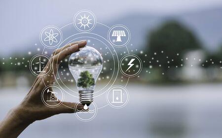 El concepto de innovación y energía de la mano sostiene una bombilla y copie el espacio para insertar texto.