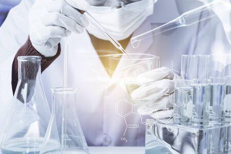 분석, 의료, 제약 및 과학 연구 개념에 대 한 액체 유리 실험실 화학 테스트 튜브와 연구원.