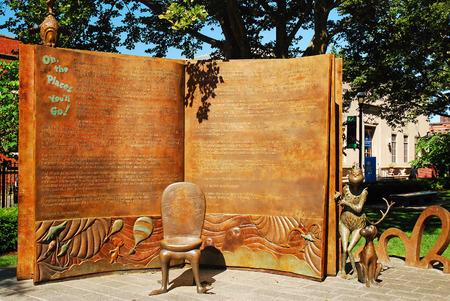 volver a contar ilustraciones Dr. Seuss libro Oh los lugares usted entrará, en el Jardín Memorial Dr. Seuss en Springfield, MA Editorial