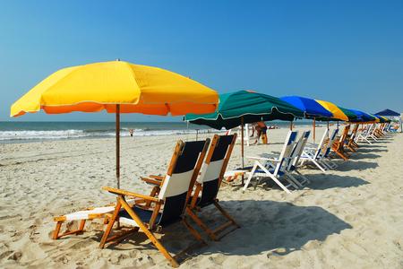 Paraguas en el Grand Strand, Myrtle Beach, Carolina del Sur Foto de archivo - 53551276