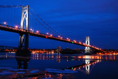 冬の反射とミッド ハドソン ブリッジ