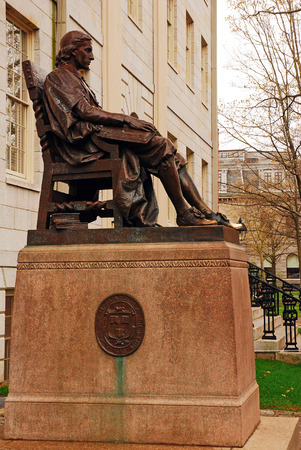 campus tour: The Statue of Three Lies in Harvard University Stock Photo