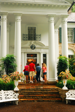 graceland: Family entering Graceland, home of Elvis Presely, to start their tour