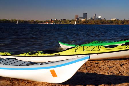 Kajaks wachten op het meer van Calhoun met de skyline van Minneapolis Stockfoto