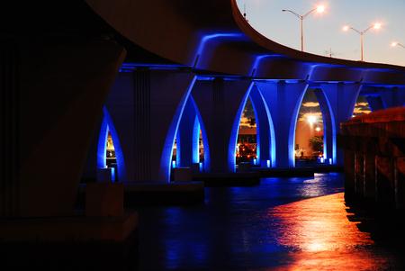 Miamis Port Boulevard Bridge lights up the Bay Banco de Imagens