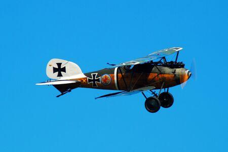 Epoka I wojny światowej niemiecki Albatros D Va szybuje w powietrzu Publikacyjne