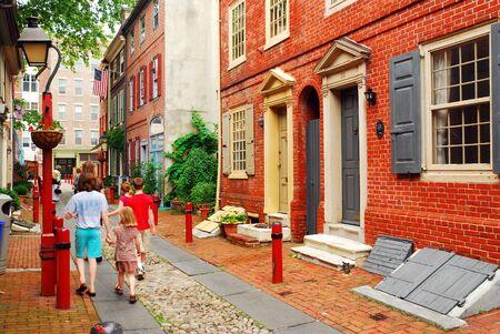 A family strolls down Elfreth's Alley, Philadelphia 新聞圖片