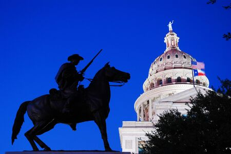 The Texas Ranger Memorial stands guard at the Texas State Capitol in Austin Éditoriale