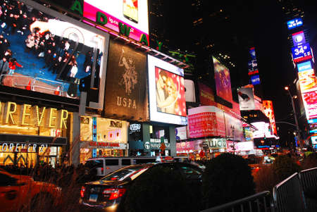 Ads and video displays compete for attention in Times Sqaure Redakční