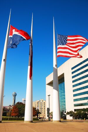 Flags fly at half staff in front of the Dallas, Texas City Hall Banco de Imagens