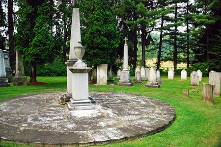 Graves are placed in a circular fashion at a cemetery in Stockbridge, MA, creating the Sedgwick pie. Banco de Imagens