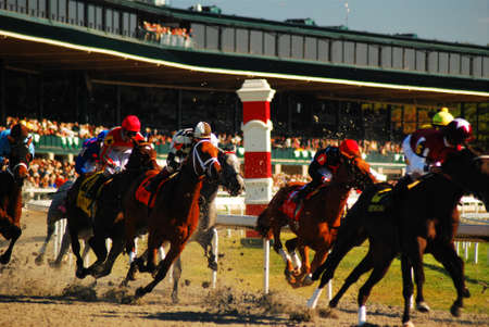Horses round the first bend at Keeneland Race Track 新聞圖片