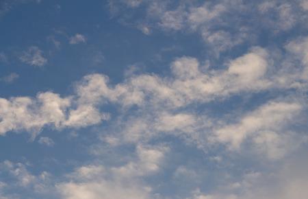 heaven?: Nubes blancas en el cielo azul de fondo
