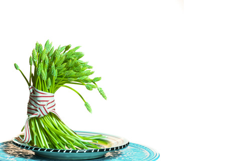 aliments: asperges sauvages dans un paquet attach� avec un ruban Banque d'images