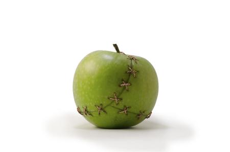 La pomme verte cousue avec un fil de cuivre Banque d'images