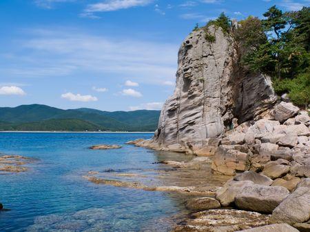 far east: Una muy peque�a bah�a entre las piedras de fantas�a. Petrova costa de la isla - la perla de la naturaleza Lazovsky estado de reserva. Lejano Oriente ruso, Primorye.
