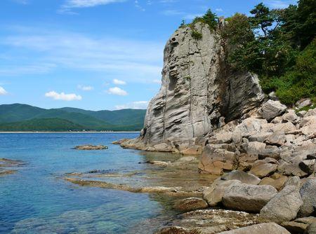 far east: Una muy peque�a bah�a entre las piedras de fantas�a. Petrova costa de la isla - la perla de la naturaleza Lazovsky estado de reserva. Lejano Oriente ruso, Primorye. Foto de archivo