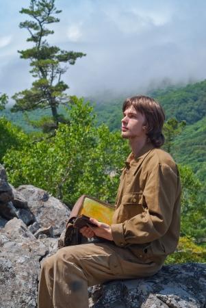 taiga: Un jeune voyageur dans la ta�ga montagneuse. Banque d'images