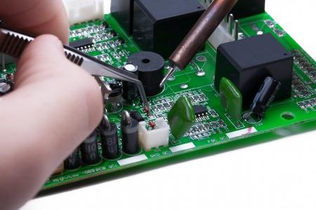 operates: Tecnico elettronico funziona con circuito isolato su sfondo bianco