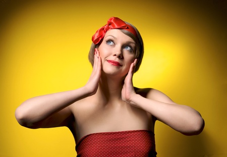 pin up vintage: Ritratto di Close-up di sorridente bella ragazza in stile retr�. Isolato su sfondo giallo