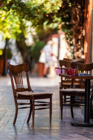 Street view eines leeren Kaffee Terrasse mit Tischen und Stühlen in der Altstadt von Antalya, Türkei. Kleine Schärfentiefe. Standard-Bild