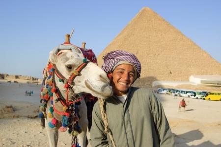 Egypte. 2010. Arabisch bedouin met kameel in de buurt Egyptische piramide