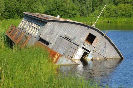 Drifting schip op de rivier