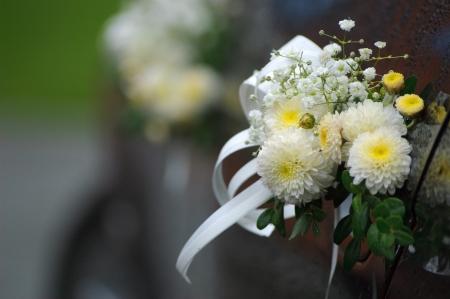 Heldere bloem decoratie op een donkere trouwauto