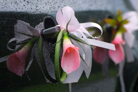 Bloem decoratie op donkere bruiloft auto met regendruppels