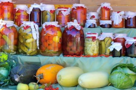 frutta sciroppata: Mensola con conserve di frutta e verdura