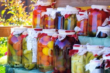 Planken met ingeblikte groenten en fruit