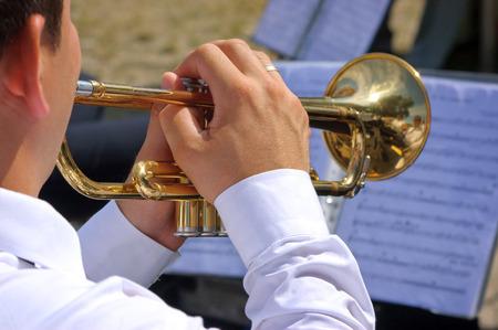 Muzikant spelen op trompet in de straat orkest