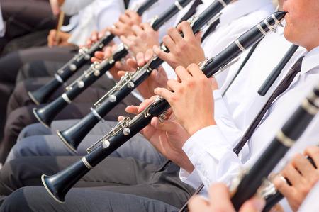 clarinete: M�sicos tocando el clarinete en la orquesta calle Foto de archivo