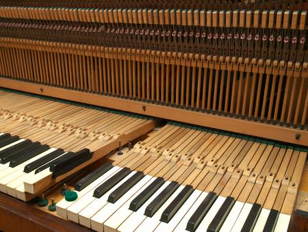 오래된 피아노 키보드를 수리 스톡 콘텐츠