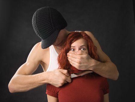 Gángster con un cuchillo amenazando mujer joven  Foto de archivo - 673234